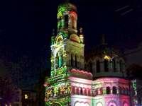 Festival della luce - spettacolo di luci sulla facciata della chiesa Alexander Nevsky a Lodz