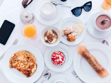 Śniadanie na Santorini - Gotowane jedzenie na ceramicznych talerzach. Teksas