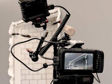 La sesión de video - Cámara réflex digital negra sobre trípode negro. Suiza