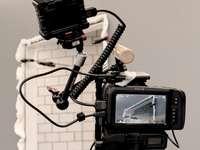 Video relace - Černá dslr kamera na černém stativu. Švýcarsko