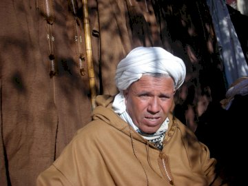 Ksar El Boukhari Algieria - Tradycyjny sprzedawca Bernous 2008