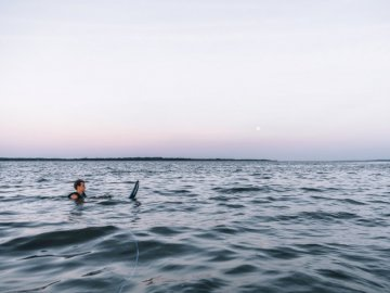 Esquiar al anochecer - Hombre en el océano durante el día. Estados Unidos