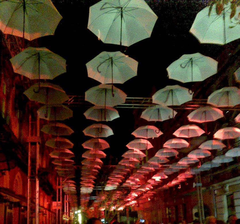 ομπρέλες - Φεστιβάλ φωτός. Εγκατάσταση ελαφρών φεστιβάλ στο δρόμο. Εγκατάσταση φωτισμού στην οδό Łódź (6×6)