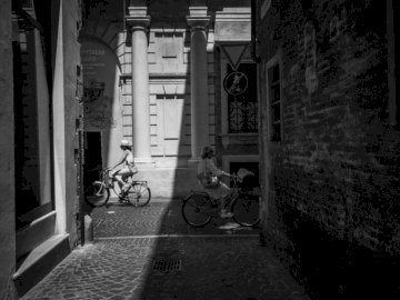 Mijając Pesaro - Skala szarości fotografii osób jeżdżących na rowerze w ciągu dnia. Sofia, Bułgaria
