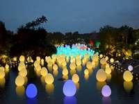palle a Singapore 2020 - Palle nel giardino di Singapore. Sfere colorate nel giardino di Singapore.