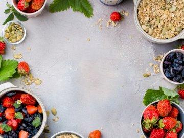 Jagoda, liście, muesli, miód - Miski truskawek i owsa.