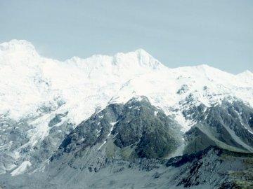 Nowa Zelandia jest jedną z nich - Góra zakrywająca z śniegiem pokazuje jezioro podczas dnia. Kuala Lumpur, Terytorium Federalne Kua