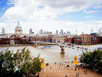 Londres, edificios - Gente caminando en el puente en la ciudad. Suecia
