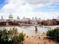 London, épületek - Az emberek séta a hídon a városban. Svédország