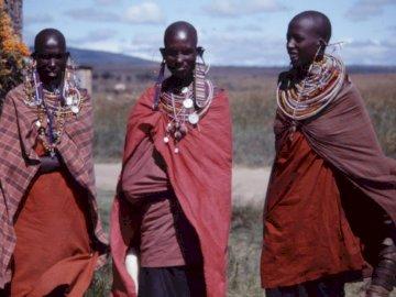 Masaïs Kénya - Three women wearing capes outdoors. Paris