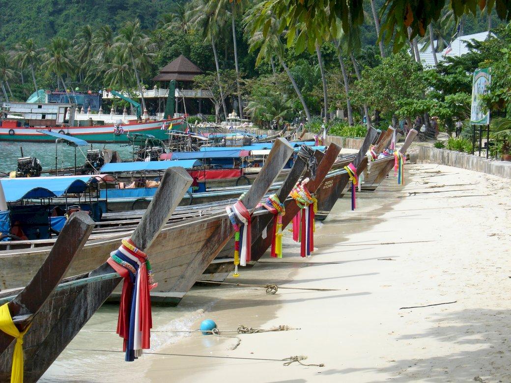Insulele Phi Phi din Thailanda, pe plajă