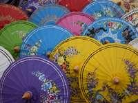 guarda-chuvas coloridos na Tailândia