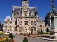 Marie-Do - Compiègne városháza kék nyári ég alatt