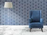 Poltrona azul na sala de estar