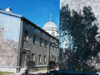 Rose Passage - paredes de cortiços forrados com mosaico de espelhos