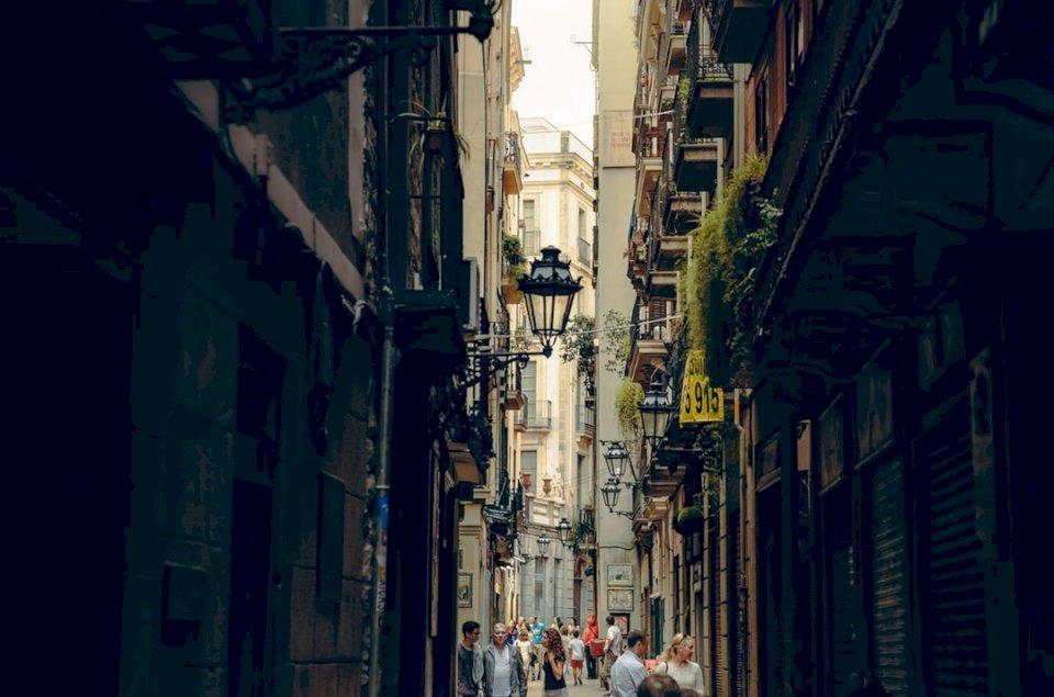 Dzielnica gotycka w Barcelonie - Grupa osób chodzących w parku. Ukraina (10×10)