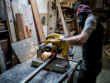 Επιτρέπει στους σπινθήρες να πετούν  - Man using cut off saw. Los Angeles, CA