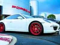 Białe Porsche z krwistoczerwonym
