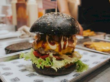 America Burger von The Black - Burger mit Salat und Tomate. Vietnam