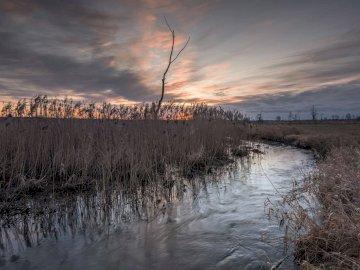 Wschód słońca nad rzeką - piękny wchód słońca nad rzeką