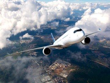 panorama - w obłokach nad portem lotniczym