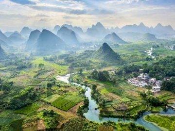 panorama - Chiny góry krasowe powstały z gipsów i wapieni