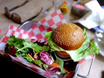 Burger und ein Salat - Hamburger mit Tablett. London