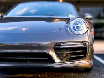 Porsche Cayman u Tysona - Srebrne coupe Cadillac. Fairfax Virginia