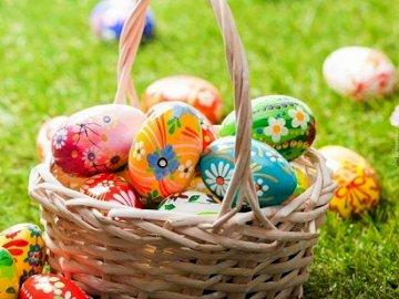 Ouă de Paște într-un coș.