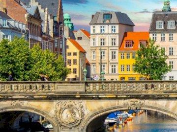 Kopenhagen - de hoofdstad en de grootste stad van Denemarken - Kopenhagen is de hoofdstad en de grootste stad van Denemarken, gelegen aan de oostkust van het eilan