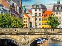 Copenhague - a capital e maior cidade da Dinamarca - Copenhague é a capital e maior cidade da Dinamarca, localizada na costa leste da ilha da Zelândia