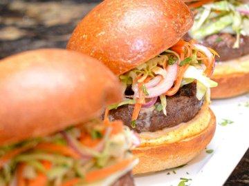 Cheeseburger Sliders - Drei Burger mit Krautsalat. Massachusetts