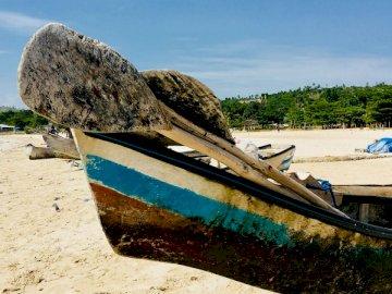 To zdjęcie zostało zrobione na stronie - Brown i błękitna łódź na plaży podczas dnia. Środkowy zachód, USA