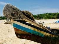 Deze foto is gemaakt op de site - Bruine en blauwe boot op het strand in de loop van de dag. Midwest, Verenigde Staten