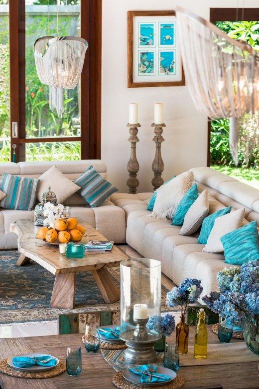 Salon avec accessoires bleus