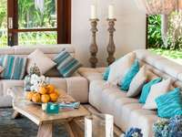 Obývací pokoj s modrými doplňky