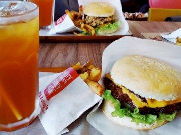 Cheese Burger i Mrożona Herbata Cytrynowa - Zestaw Berger i frytki.