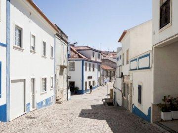 W drodze powrotnej do mojej - Szara droga wyłożona białymi i niebieskimi betonowymi domami w ciągu dnia. Wiedeń