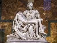 Michelangelova Pieta - Socha Michelangela - Pieta. Svatá bazilika Peter je v Římě