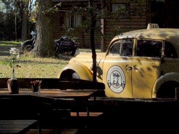 Na wyspie - Stare auto na wyspie