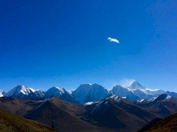 Mount Gongga, Syczuan, Chiny - Snowy góry przeciw błękitne niebo.