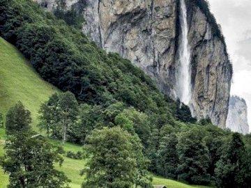 krajobrazik - maison sous un rocher suspendu