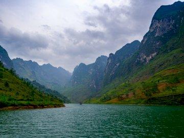 Rzeka Nho Que - Rzeka między górami.