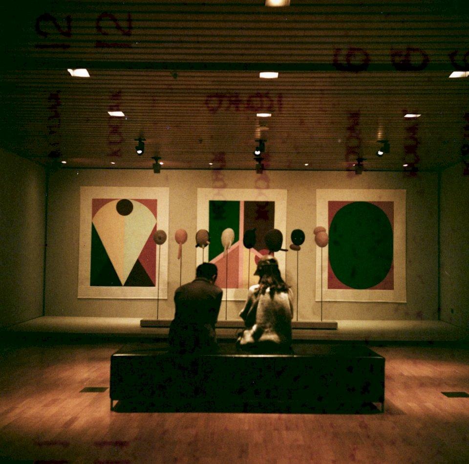Ο προβληματισμός για την Εθνική - Ένας άντρας και μια γυναίκα κάθονται μπροστά στους πίνακες. Κουάλα Λουμπούρ, Ομοσπονδιακή Επικράτεια της Κου (10×10)