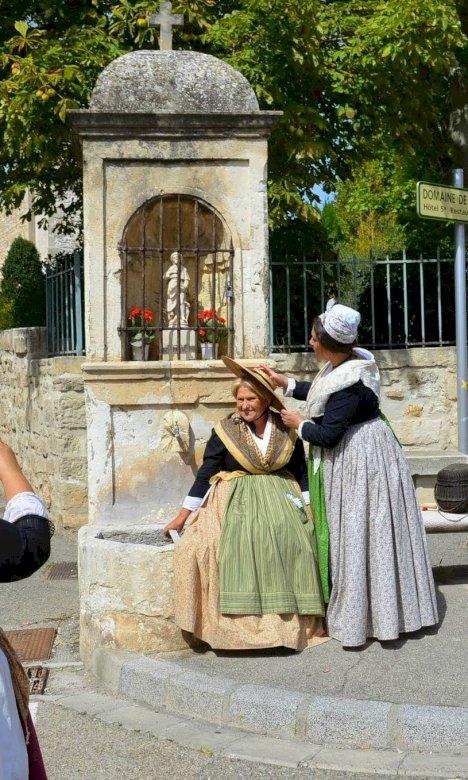 TOURIST OFFICE MAUSSANE LES ALPILLES - THE PROVENCAL COSTUME AND THE ORATORIES IN MAUSSANE LES ALPILLES