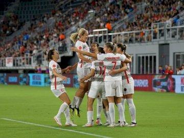 Świętowanie bramki dla Tobina - Dziewczyny piłki nożnej grupa na boisko do piłki nożnej.