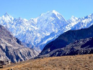 góry w świecie - góry są piękne ośnierzone i białe mieszka w nich YETI
