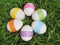Cununa de Paști - Ouă de Paște în iarbă.