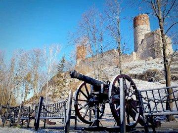 ruiny zamku - widok na obronę zamku
