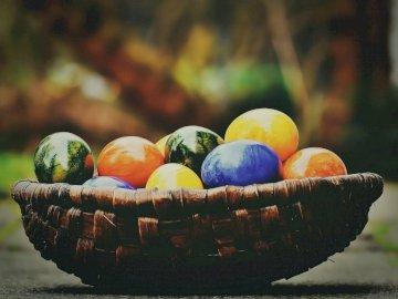 Koszyczek z jajkami wielkanocnymi. - Jedną z najbardziej znanych tradycji świąt Wielkanocnych są pięknie umalowane jajka.